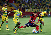 BUCARAMANGA - COLOMBIA, 18-09-2017: Fabio Rodriguez (Izq) y Gabriel Gomez (Der) jugadores del Atlético Bucaramanga disputan el balón con Jonathan Lopera (C) jugador de Independiente Medellín durante partido por la fecha 12 de la Liga Águila II 2017 jugado en el estadio Alfonso López de la ciudad de Bucaramanga. / Fabio Rodriguez (L) and Gabriel Gomez (R) players of Atletico Bucaramanga struggle the ball with Jonathan Lopera (C) player of Independiente Medellin during match for the date 12 of the Aguila League II 2017played at Alfonso Lopez stadium in Bucaramanga city. Photo: VizzorImage / Oscar Martínez / Cont