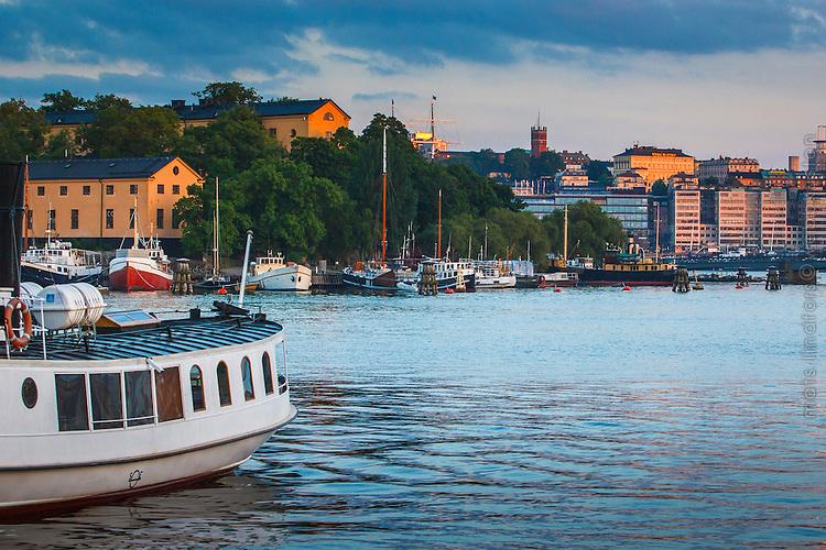 Båtar och skutor vid Nybroviken i skymning  Skeppsholmen Strandvägen Stockholm