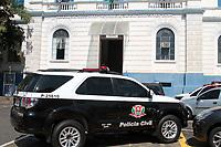 """CAMPINAS, SP 05.04.2018-POLICIA/OPERACAO GLOSSARIO-A Polícia Civil faz na manhã desta quinta-feira (5) uma operação contra o crime organizado em 17 cidades do estado com a coordenação da Delegacia de Investigações Gerais (DIG) de Jundiaí (SP). <br /> Na região, a """"Operação Glossário"""" cumpriu mandados de busca e apreensão e prisão em Campinas (SP) e Mogi Guaçu (SP). A operação tem por finalidade prender os suspeitos e coletar provas sobre o suposto tribunal do crime com sistema de julgamento. Na foto detidos chegam na 1ª Delegacia Seccional de Campinas. (Foto: Denny Cesare/Codigo19)"""