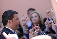 Matteo Renzi in visita Napoli incintra i bambini di una scuola di secondigliano