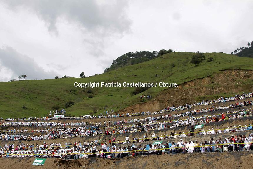 Oaxaca de Ju&aacute;rez. o de Octubre de 2014.-  Con una misa en la parroquia de Santa Catalina Juquila, se llev&oacute; a cabo el juramento de personas de todos los sectores sociales para comprometerse por un a&ntilde;o a trabajar por la reconciliaci&oacute;n y la paz de Oaxaca. <br /> <br /> Dentro de quienes asumieran este compromiso se encontraron: el senador, Benjamin Robles Montoya, el regidor de econom&iacute;a, Francisco Reyes, el titular de la CDI, Jorge Toledo Luis, el titular de la DDHPO,&nbsp; Arturo Peimbert Calvo, entre otros. <br /> <br /> En esta misma ceremonia se hizo la declaraci&oacute;n del santuario de la Virgen de Juquila como templo de paz, para posteriormente ejecutarse una calendario por parte de los peregrinos devotos. <br /> <br /> Cabe destacar que esta celebraci&oacute;n eclesi&aacute;stica estuvo encabezada por el nuncio Apost&oacute;lico ( como representante del Papa) Christof Pierre, Monse&ntilde;or Gonzalo Alonso Calzada, el arzobispo de Antequera, Jos&eacute; Luis Ch&aacute;vez Botell&oacute;n, y 15 obispos invitados.<br /> <br /> A pesar de que se ten&iacute;a una expectativa considerable de afluencia tur&iacute;stica en el municipio de Santa Catarina Juquila en el marco de la &ldquo;Coronaci&oacute;n Pontificia de la virgen de Juquila&rdquo;, los n&uacute;meros fueron menores, ya que visiblemente asisti&oacute; poca gente durante la semana que se tuvieron actividades diversas y el d&iacute;a de la celebraci&oacute;n eclesi&aacute;stica sobraron espacios.<br /> En este contexto, se contemplaron 9 albergues con una capacidad de 5mil 20 personas, &nbsp;dentro de ellos: la escuela secundaria t&eacute;cnica n&uacute;mero 74, la escuela Sor Juana In&eacute;s de la Cruz, la escuela Benito Ju&aacute;rez,&nbsp; la primaria Jos&eacute; Vasconcelos,&nbsp; el jard&iacute;n de ni&ntilde;os Quetzalc&oacute;atl, entre otros, lo anterior para que los peregrinos pudieran pernoctar, previendo que los hoteles del pueblo no tuvieran las habitaciones