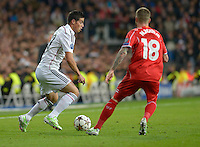 MADRID - ESPAÑA - 04-11-2014: James Rodriguez (Izq.) jugador de Real Madrid de España, disputa el balon con Alberto Moreno (Der.) jugador de Liverpool de Inglaterra durante partido del la UEFA Liga de Campeones, Real Madrid  y Liverpool en el estadio Santiago Bernabeu de la ciudad de Madrid, España. / James Rodriguez (L) player of Real Madrid of Spain vies for the ball with Alberto Moreno (R) player of Liverpool of England, during a match between Real Madrid and Liverpool for the UEFA Champions League in the Santiago Bernabeu stadium in Madrid, Spain  Photo: Asnerp / Patricio Realpe / VizzorImage.