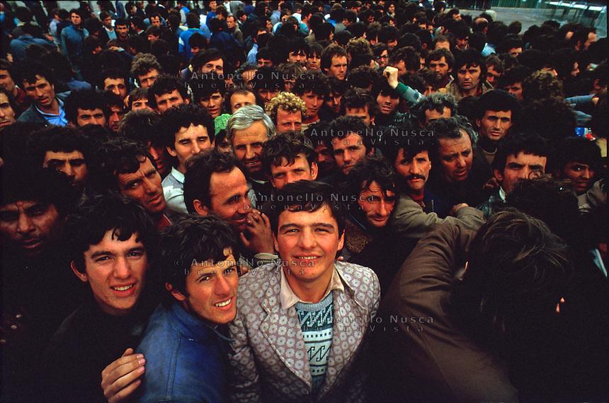 Brindisi, 8 Marzo, 1991. Una delle prime grandi barche cariche di Albanesi arriva al porto di Brindisi. Albanian people arrive at the Brindisi harbor.