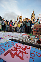 BOGOTÁ -COLOMBIA. 13-12-2013. Seguidores del destituido alcalde de Bogotá, Gustavo Petro, se reunen en la Plaza de Bolívar hoy 13 de diciembre, frente al Palacio de Liévano para rechazar la decisión de la procuraduría General de la Nacion que deja a la capital de Colombia sin gobernante./ Supporters of removed mayor of Bogota, Gustavo Petro, gathered at Bolivar square today  December 13, in front of Lievano Palace to protest for the decision of the General Attorney of Nation thet let thecolombian capital without mayor. Photo: VizzorImage/Gabriel Aponte/ Str