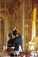 """Europe/France/75/Paris: Hotel """"Meurice """" 228 rue de Rivoli les femmes ed ménage s'activent dans la salle du restaurant style Louis XVI [Non destiné à un usage publicitaire - Not intended for an advertising use]"""