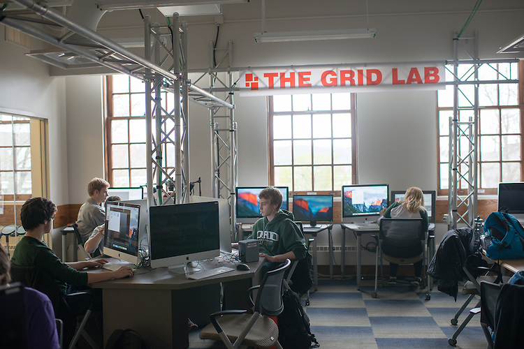 Andy Erb and other studens work in the GRID Lab. © Ohio University / Photo by Ben Siegel