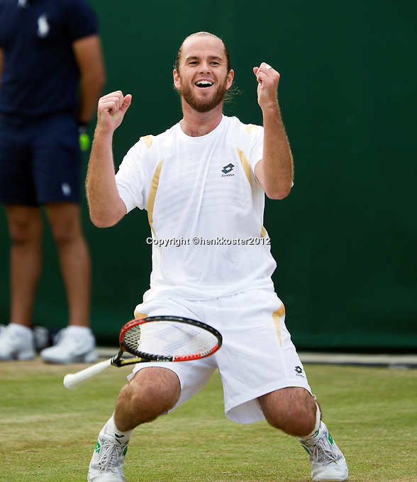 29-06-12, England, London, Tennis , Wimbledon, Xavier Malisse  defeats Fernabdo Verdasco and goes on his knees