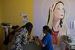 2015-03-06. UN &Aacute;NGEL CON LAS ALAS PEGADAS. &copy; Calamar2/Susana HIDALGO &amp; Pedro ARMESTRE<br /> La cirujana  asturiana  Lourdes Cos&iacute;o Tubio realiza una cura a &Aacute;ngel C&eacute;sar en la primera visita medica tras la intervenci&oacute;n.<br />   &Aacute;ngel C&eacute;sar Alonso, de 10 meses, naci&oacute; por ces&aacute;rea en Chiclayo (Per&uacute;) y los m&eacute;dicos le diagnosticaron s&iacute;ndrome de Apert, una enfermedad gen&eacute;tica que afecta a la forma de la cabeza y que hace que el peque&ntilde;o tenga los ojos abultados y padezca sindactilia (los dedos de las manos y de los pies pegados). El s&iacute;ndrome de Apert es una de las 7.000 enfermedades raras que existen en el mundo y su prevalencia oscila entre 1 y 6 casos por cada 100.000 nacimientos. La historia de este beb&eacute; es la historia de unos padres coraje, C&eacute;sar Cruz y Edita Jim&eacute;nez, que se desviven para que el peque&ntilde;o pueda tener la mejor calidad de vida posible. C&eacute;sar y Edita acudieron el pasado mes de marzo junto a su beb&eacute; al hospital San Juan de Dios, en Chiclayo, al reclamo de una campa&ntilde;a solidaria de intervenciones quir&uacute;rgicas organizadas por la Sociedad Espa&ntilde;ola de Cirug&iacute;a Pl&aacute;stica, Reparadora y Est&eacute;tica (Secpre) y la ONG Juan Ciudad. Los cirujanos espa&ntilde;oles le operaron las manos para separar unos dedos de otros. La intervenci&oacute;n dur&oacute; aproximadamente una hora y media y el peque&ntilde;o necesit&oacute; de curas posteriores.<br /> La operaci&oacute;n fue el primer paso en la mejora de la salud de &Aacute;ngel. Necesitar&aacute; al menos otra m&aacute;s para separar los dedos de los pies. Sus padres son humildes y apenas tienen recursos.  C&eacute;sar, el padre, trabaja levantando casas de adobe. Edita, la madre, vive para su hijo y le gustar&iacute;a en un futuro retomar su profesi&oacute;n de enfermera. &copy; Calamar2/Pedro ARMESTRE<br /> <br />  AN ANGEL WITH THE W