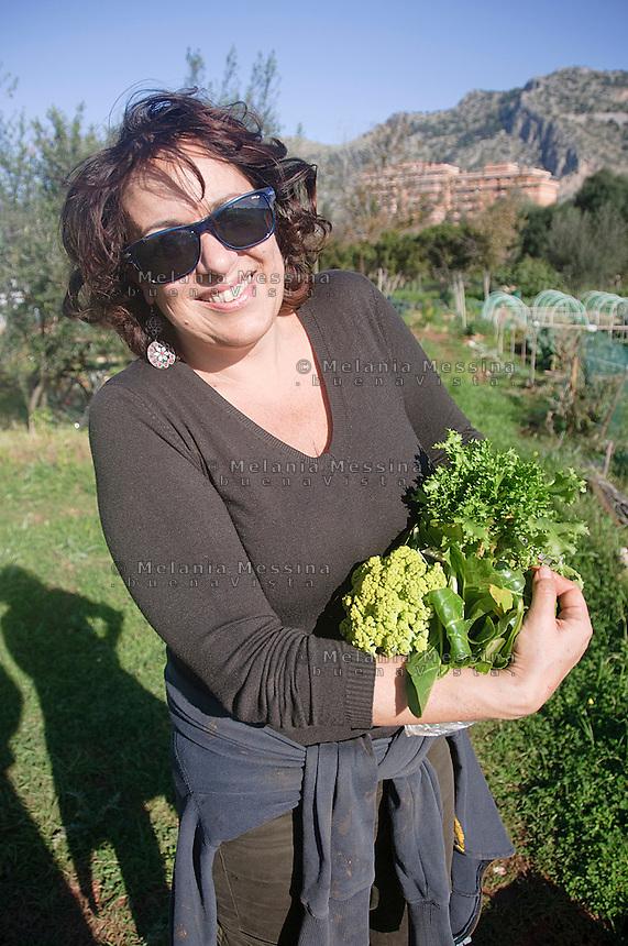 Palermo: fruitore dell'orto urbano mostra soddisfatto il suo raccolto.<br /> Palermo: Community garden crop within the city
