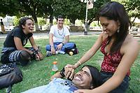 Diana Ovillar'a, Juan Alberto V‡zquez, Mauricio Fuentes y Jazm'n Lorenia Maldonado Miranda pasan la tarde sobre el cŽsped y bajo la sombra de los arboles en la Plaza Zaragoza.