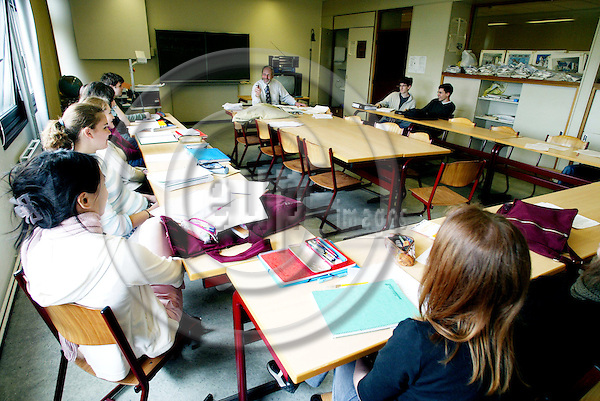 BRUSSELS - BELGIUM - 26 APRIL 2004--Older pupils in the class room at the European School in Woluwe-- PHOTO: ERIK LUNTANG / EUP-IMAGES