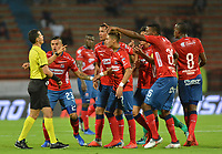 MEDELLÃ?N - COLOMBIA, 29-01-2019: Jorge Andres Guzman, árbitro, recibe reclamos de los jugadores del Medellín durante el partido por la fecha 2 por la final entre Deportivo Independiente Medellín y La Equidad de la Liga Águila I 2019 jugado en el estadio Atanasio Girardot de la ciudad de Medellín. / Jorge Andres Guzman, referee, receives a claims from players of Medellin during the match for the date 2 between Deportivo Independiente Medellin and La Equidad of the Aguila League I 2019 played at Atanasio Girardot stadium in Medellin city. Photo: VizzorImage / Leon Monsalve / Cont