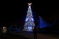 ATENÇÃO EDITOR FOTO EMBARGADA PARA VEÍCULOS INTERNACIONAIS - SAO PAULO, SP, 08 DE DEZEMBRO DE 2012 - INAUGURAÇÃO DA ÁRVORE DE NATAL DA REPRESA DE GUARAPIRANGA: Inaugurada na noite deste sábado (08) a árvore de natal da Represa de Guarapiranga. A árvore que possui um tamanho de 15 metros recebeu também uma cortina d'água de 72 m2 onde são projetados diversas imagens. A atração está localizada na Av. Atlantica, altura do numero 2500 ás margens da represa de Guarapiranga na zona sul de São Paulo FOTO: LEVI BIANCO - BRAZIL PHOTO PRESS