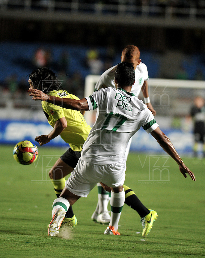 CALI- COLOMBIA -22 -01-2014: Cristian Marrugo (Der.), jugador de Deportivo Cali disputa el balón con Sherman Cardenas (Izq.) jugador del Atletico Nacional en durante partido de ida por la Super Liga 2014, jugado en el estadio Pascual Guerrero de la ciudad de Cali. / Cristian Marrugo (R), player of Deportivo Cali vies for the ball with Sherman Cardenas (L) player of Atletico Nacional during a match for the first leg of the Super Liga 2014 at the Pascual Guerrero Stadium in Cali city. Photo: VizzorImage  / Luis Ramirez / Staff.