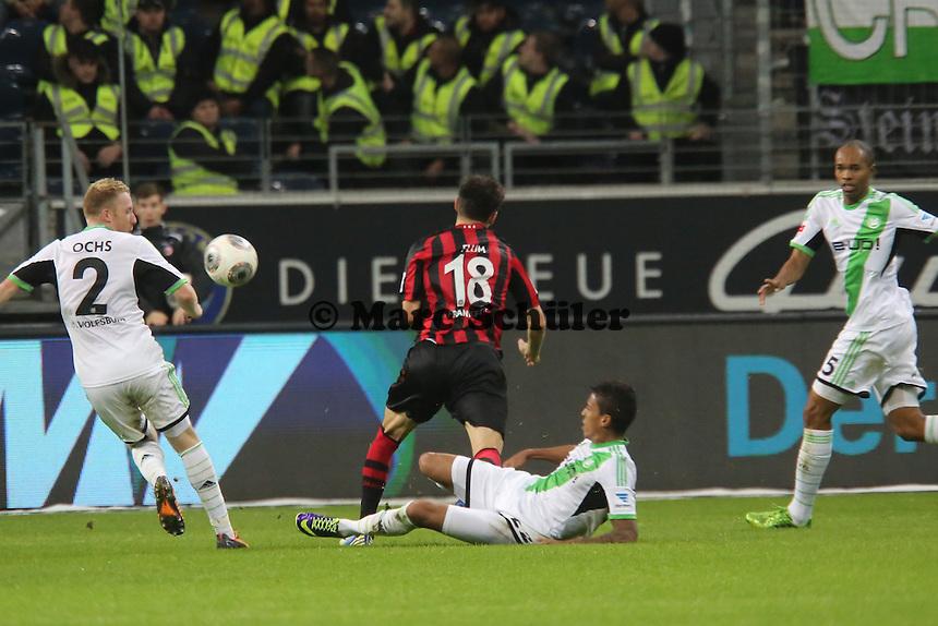 Foul von Luiz Gustavo (Wolfsburg) an Johannes Flum (Eintracht) leitet das 1:1 ein - Eintracht Frankfurt vs. VfL Wolfsburg, Commerzbank Arena