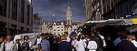 Europe/France/Nord-Pas-de-Calais/59/Nord/Lille : Dans la foule lors de la Grande Braderie au fond le Beffroi (106 mètres)