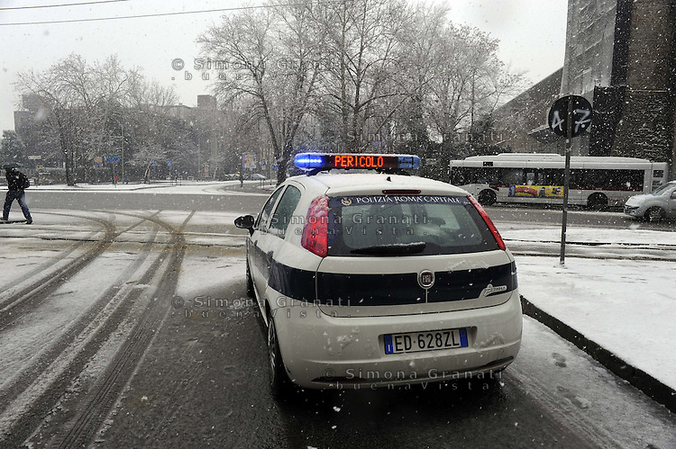 Roma, 11 Febbraio 2012.Piazza di Porta Maggiore.Nevicata.Polizia municipale