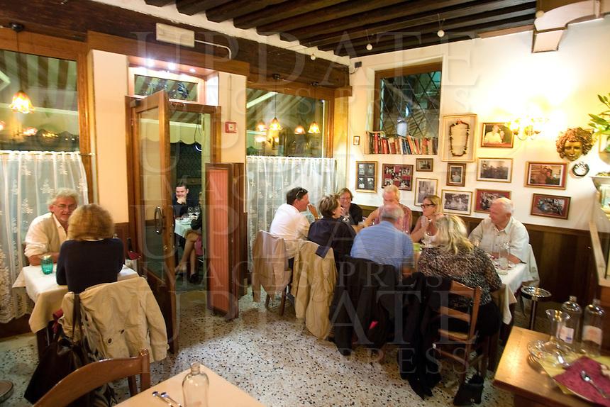 L'interno dell'Osteria Oliva Nera a Venezia.<br /> Diners at the Osteria Oliva Nera, in Venice.<br /> UPDATE IMAGES PRESS/Riccardo De Luca