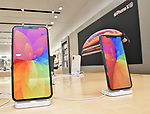 iPhone Xs, Apple, KDDI, au, September 21, 2018, Tokyo, Japan : The new iPhone Xs and Xs Max (L) are displayed during launch day at the KDDI's au Shinjuku store in Tokyo, Japan, on September 21, 2018. (Photo by AFLO)