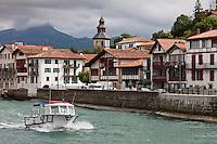 Europe/France/Aquitaine/64/Pyrénées-Atlantiques/Pays-Basque/Ciboure: Les Maisons du village et l'église Saint-Vincent et en fond la Rhune, à la sortie du port de Saint-Jean-de-Luz