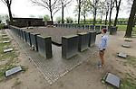 """Foto: VidiPhoto..LANGEMARK - In de aanloop naar de 100-jarige herdenking van het begin van de Eerste Wereldoorlog volgend jaar, is er een toenemende belangstelling voor de honderden militaire begraafplaatsen in België, vooral van scholen. Zo ook het """"Deutscher Soldatenfriedhof"""" in Langemark, West-Vlaanderen, de grootste militaire begraafplaats buiten Duitsland met 44.304 gesneuvelde soldaten. Ruim 24.000 liggen er in een massagraf, een van de grootste massagraven ter wereld. In totaal liggen in België 134.000 Duitse soldaten uit de Eerste Wereldoorlog begraven. Wereldwijd kostte de Eerste Wereldoorlog aan meer dan 9 miljoen soldaten het leven. Foto: Het massagraf met bijna 25.000 Duitse militairen.."""