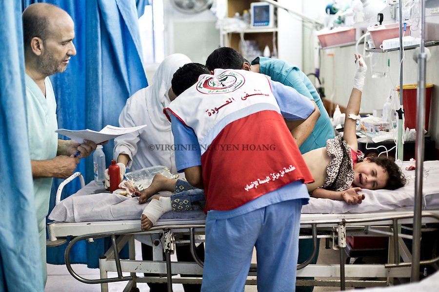 GAZA: A young girl of 5 years old is being treated at Al Awda Hospital after being hit by a shrapnel in the Jabalia refugee camp.<br /> <br /> GAZA: Une jeune fille de 5 ans est trait&eacute; &agrave; l'h&ocirc;pital Al Awda apr&egrave;s avoir &eacute;t&eacute; touch&eacute;e par un &eacute;clat d'obus dans le camp de r&eacute;fugi&eacute;s de Jabalia.