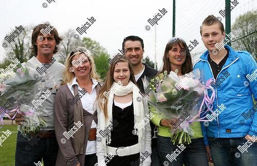 2010-04-25 / Seizoen 2009-2010 / Voetbal / KSK 's Gravenwezel / Patrick Van Camp en Gustaaf Jonsson werden gehuldigd en nemen samen met hun familie afscheid van het voetbal...Foto: mpics