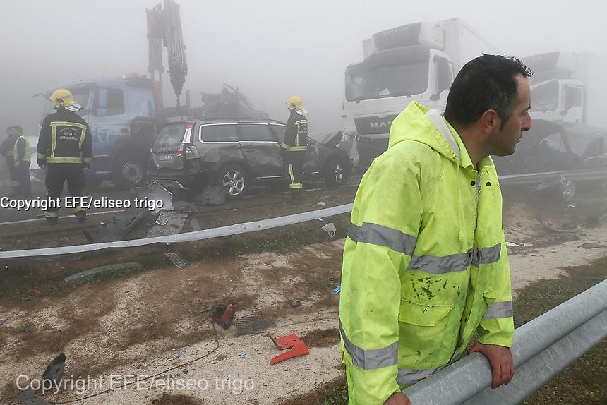 Fecha: 26-07-2014. LUGO.- ABADIN ACCIDENTE A-8.- Accidente en la A-8 a la altura de Abadin, con unos 25 vehículos implicados y varios camiones,multitud de heridos y una chica fallecida, en el KM 549.