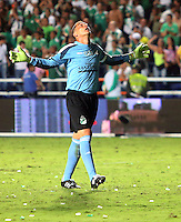 CALI -COLOMBIA, 15-06-2013. Farid Mondragon arquero del Deportivo Cali celebra el gol del empate ante Independiente Santa Fe en partido de los cuadrangulares finales F1 de la Liga Postobón 2013-1 jugado en el estadio Pascual Guerrero de la ciudad de Cali./ Deportivo Cali goalkeeper, Farid Mondragon, celebrates a goal against Independiente Santa Fe during match of the final quadrangular 1th date of Postobon  League 2013-1 at Pascual Guerrero stadium in Cali city. Photo: VizzorImage/ Juan Carlos Quintero/STR