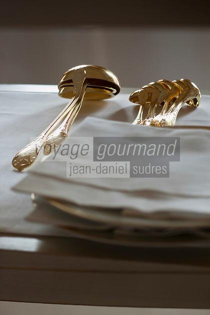 Europe/Monaco/Monte Carlo: restaurant: Louis XV / Alain Ducasse à l'Hôtel de Paris - le personnel dresse la salle - Argenterie et Vermeil [Non destiné à un usage publicitaire - Not intended for an advertising use]