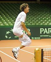 19-9-07, Netherlands, Rotterdam, Daviscup NL-Portugal, Robin Haase zijn broek zakt af tijdens de 20 kniesprongen die hij moest maken