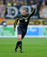 Fussball, 2. Bundesliga, Saison 2011/12, SG Dynamo Dresden - Eintracht Braunschweig, Samstag (07.04.12), gluecksgas Stadion, Dresden. Schiedsrichter Tobias Christ gestikuliert.
