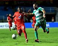CALI - COLOMBIA, 02- 04-2019: Misael Riascos de América de Cali, disputa el balón con Jeider Riquet de La Equidad, durante partido entre América de Cali y La Equidad, de la fecha 13 por la Liga Águila I 2019 jugado en el estadio Pascual Guerrero de la ciudad de Cali. / Misael Riascos of America de Cali de Cali, vies for the ball with Jeider Riquet of La Equidad, during a match between America de Cali and La Equidad, of the 13th date for the Aguila Leguaje I 2019 at the Pascual Guerrero stadium in Cali city. Photo: VizzorImage / Nelson Ríos / Cont.
