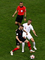 MOSCU - RUSIA, 11-07-2018: Ante REBIC (Der) jugador de Croacia disputa el balón con Jordan HENDERSON (Izq) jugador de Inglaterra durante partido de Semifinales por la Copa Mundial de la FIFA Rusia 2018 jugado en el estadio Luzhnikí en Moscú, Rusia. / Ante REBIC (R) player of Croatia fights the ball with Jordan HENDERSON (L) player of England during match of Semi-finals for the FIFA World Cup Russia 2018 played at Luzhniki Stadium in Moscow, Russia. Photo: VizzorImage / Julian Medina / Cont