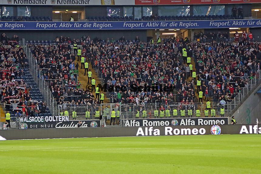 Fans aus Hannover eingekesselt von Ordnern - Eintracht Frankfurt vs. Hannover 96, Commerzbank Arena