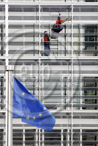 BRUSSELS - BELGIUM - 06 JUNE 2005-- Window washers washing the windows of the EU-Commission headquarters, the Berlaymont Building.-- PHOTO: JUHA ROININEN / EUP-IMAGES