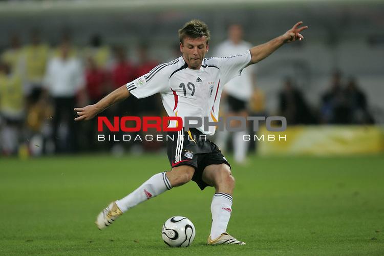 FIFA WM 2006 -  Semi Finals / Halbfinale<br /> Play    #61 (04-Juli) - Deutschland - Italien 0:2 n.V.<br /> <br /> Bernd Schneider von Deutschland in Einzel Aktion.<br /> Bernd Schneider schl&auml;gt eine Flanke.<br /> <br /> Foto &copy; nordphoto