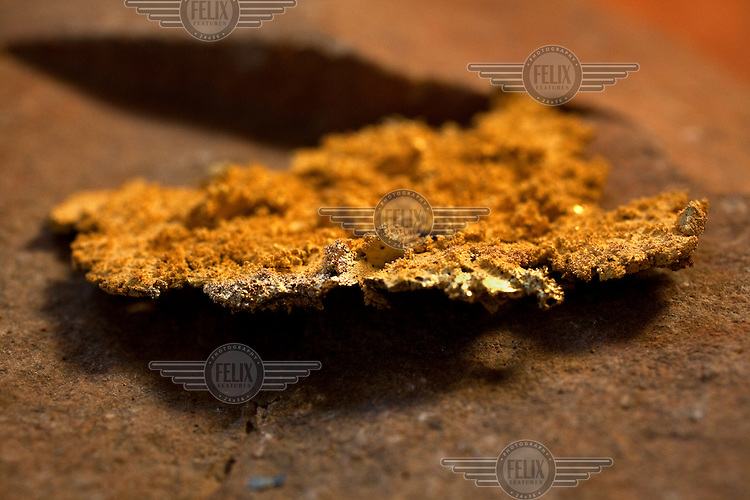 The retorta is the place where miners take the amalgam of gold with mercury to be burned. By doing so, the mercury is evaporated, with only gold remaining in the plate.
