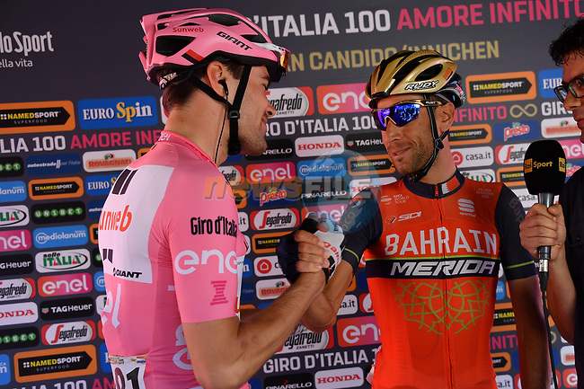 Race leader Maglia Rosa Tom Dumoulin (NED) Team Sunweb and Vincenzo Nibali (ITA) Bahrain-Merida make up at sign on before the start of Stage 19 of the 100th edition of the Giro d'Italia 2017, running 191km from San Candido/Innichen to Piancavallo, Italy. 26th May 2017.<br /> Picture: LaPresse/Gian Mattia D'Alberto | Cyclefile<br /> <br /> <br /> All photos usage must carry mandatory copyright credit (&copy; Cyclefile | LaPresse/Gian Mattia D'Alberto)