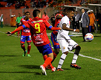 PASTO - COLOMBIA -22-10-2016: Robin Ramirez (Izq.) jugador de Deportivo Pasto disputa el balon con Luis Rodriguez (Der.) jugador de Envigado F.C., durante partido Deportivo Pasto y Envigado F.C., por la fecha 15 de la Liga Aguila II 2017, jugado en el estadio Departamental Libertad de la ciudad de Pasto.  / Robin Ramirez (L) player of Deportivo Pasto fights for the ball with Luis Rodriguez (R) player of Envigado F.C., during a match Deportivo Pasto and Envigado F.C., for the date 15th of the Liga Aguila II 2017 at the Departamental Libertad stadium in Pasto city. Photo: VizzorImage. / Leonardo Castro / Cont.