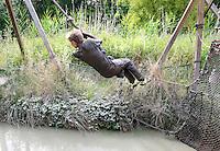 Nederland Almere  2016.  Internationale Modderdag. Kinderen vermaken zich met modder en water bij outdoorpark SEC Survivals. Foto Berlinda van Dam / Hollandse Hoogte