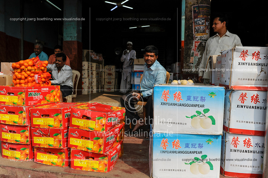 BANGLADESH Dhaka, shop selling chinese fruits  / BANGLADESCH Dhaka , Laden verkauft chinesische Fruechte