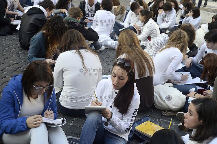Roma 22 Novembre 2012.Piazza Montecitorio.Studenti e studentesse studiano davanti il Parlamento contro i tragli alla scuola pubblica e il ddl 953 ex Aprea