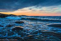 Skummande kulingvågor från Ålands hav sköljer in mot stranden på Arholma i Stockholms norra skärgård Roslagen.