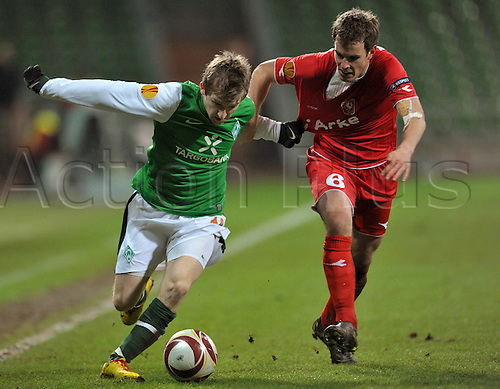 Bremen's Marko Marin (L) fights for the ball with Enschede's Wout Brama during the Europa League last 32 second leg match Werder Bremen vs Twente Enschede at Weser stadium in Bremen, Germany, 25 February 2010. German Bundesliga club Bremen defeated Dutch side Enschede 4-1 and goes on to the round of the last 16. Photo: Carmen Jaspersen /Actionplus. Editorial Use UK.