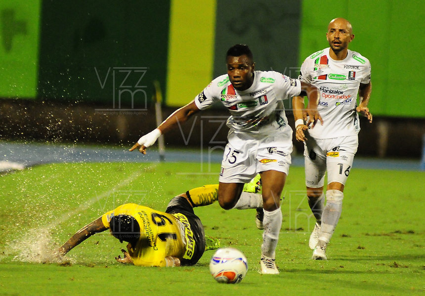 BARRANCABERMEJA- COLOMBIA - 02 - 10 - 2017: Yuber Asprilla (Der.) jugador de Alianza Petrolera, disputa el balón con Luis Murillo (Izq.) jugador de Once Caldas, durante partido Alianza Petrolera y Once Caldas, de la fecha 14 por la Liga Aguila II 2017  en el estadio Daniel Villa Zapata en la ciudad de Barrancabermeja. / Yuber Asprilla (R) player of Alianza Petrolera, figths the ball with Luis Murillo (L) player of Once Caldas, during a match between Alianza Petrolera and Once Caldas, of the date 14th for the Liga Aguila II 2017 at the Daniel Villa Zapata stadium in Barrancabermeja city. Photo: VizzorImage  / Jose D Martinez / Cont.