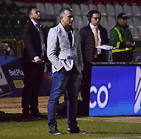 TUNJA - COLOMBIA, 04-02-2020: Nelson Gomez técnico de Patriotas gesticula durante partido por la fecha 3 de la Liga BetPlay DIMAYOR I 2020 entre Patriotas Boyacá y Deportivo Cali jugado en el estadio La Independencia de la ciudad de Tunja. / Nelson Gomez coach of Patriotas gestures during match for the date 3 of the BetPlay DIMAYOR League I 2020 between Patriotas Boyaca and Deportivo Cali played at La Independencia stadium in Tunja city. Photo: VizzorImage / Jose Palencia / Cont