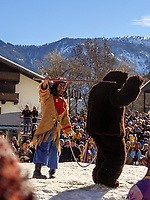 Bär und Bärentreiber beim Kampf Frühling gegen Winter beim Nassereither Schellerlauf, Fasnacht in Nassereith, Bezirk Imst, Tirol, Österreich, Europa, immaterielles UNESCO Weltkulturerbe<br /> bear and drover at fight winter against spring, , Nassereither Schellerlauf-Fasnacht, Nassereith, Tyrol, Austria Europe, Intangible World Heritage