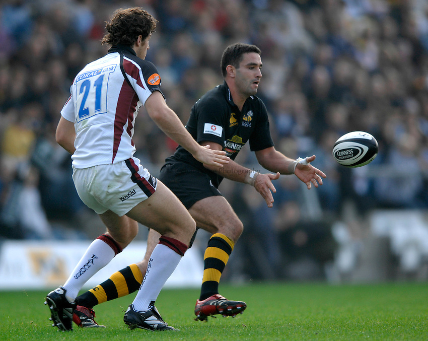 Photo: Richard Lane..London Wasps v Newcastle Falcons. Guinness Premiership. 15/10/2006. .Wasps' Jeremy Staunton passes.