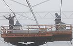 Foto: VidiPhoto<br /> <br /> ZUILICHEM &ndash; Kassenbouwers werken maandag in de mist aan de grootste aaneengesloten aardbeienkas van ons land. De GK-Group van Gijbert Kreling, die op dit moment -naast kalancho&euml; en chrysanten- al zo&rsquo;n 7 ha aardbeien heeft, bouwt de komende maanden aan een gloednieuwe en ultra-moderne kas van 20 ha. bij Zuilichem in de Bommelerwaard. Op termijn is de intentie deze locatie nog verder uit te breiden. Hoofdaannemer is Van Amelsvoort Kassenbouw uit Raamsdonk. Het glas van het complex is voorzien van een speciale antireflex coating (bekend van de zonnepanelen), waardoor de lichtdoorlatendheid niet de gebruikelijke 87 procent is, maar is opgewaardeerd tot 97 procent. Meer zon, en een kas is eigenlijk een zonnecollector,  is betere groei en meer smaak. De 2 miljoen aardbeienplantjes (Elsanta) worden in augustus met de hand geplant. Volgens onderzoek zit er nog groei in de afzet en consumptie van aardbeien. Het zachtfruit van de GK-Group is met name bestemd voor Noorwegen, Duitsland en Engeland en wordt afgezet via Veiling Zaltbommel.